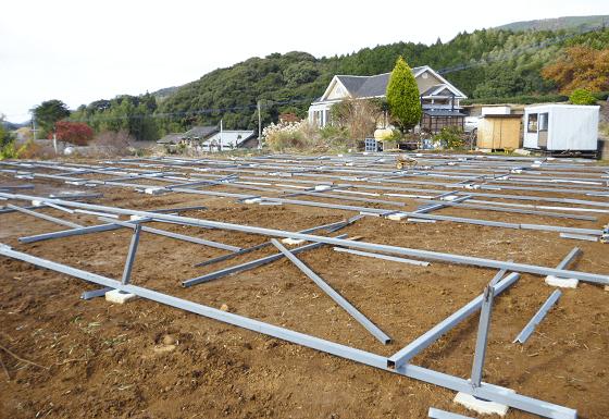 野立て 産業用太陽光発電設置 架台の設置