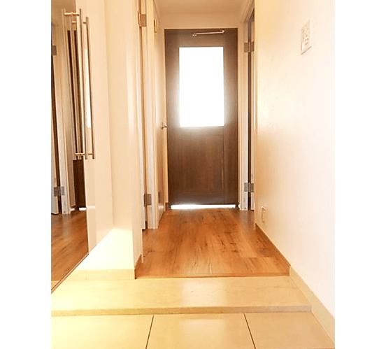 アパガーデンコート綾瀬の中古マンション フルリノベーションの部屋玄関